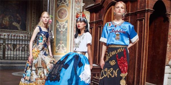 Ngoài những bộ cánh mang hơi hướng vương giả, quý tộc, Dolce and Gabbana còn giới thiệu các thiết kế hiện đại, trẻ trung với nguồn cảm hứng đến từ các cuộc thi nhan sắc hoặc thậm chí môn thể thao vua…