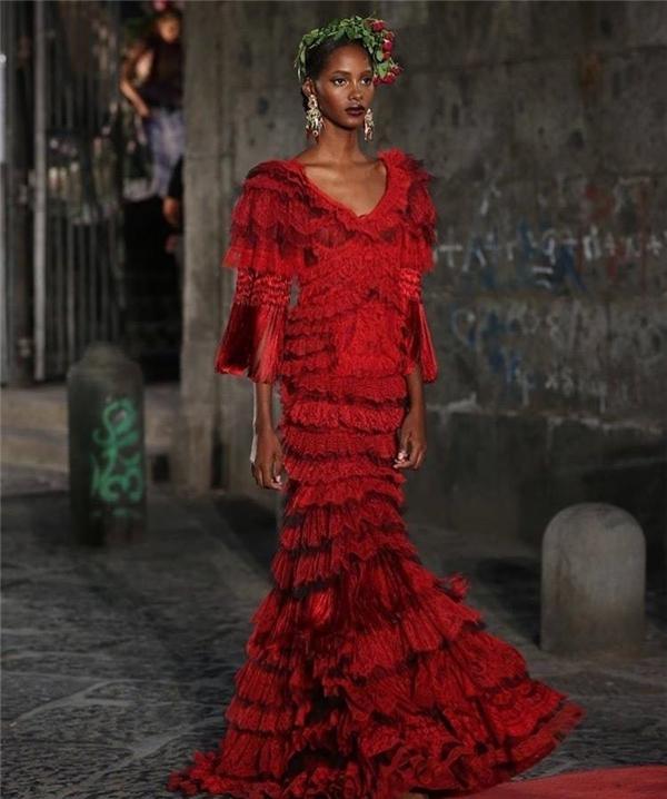 Phom dáng của trang phục cũng được biến đổi liên tục từ váy ôm khoe đường cong cho đến váy bồng xòe cầu kì, bắt mắt.