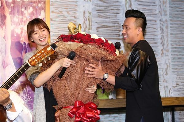 """Trấn Thành tặng bạn gái một bó hoa hồng """"khổng lồ"""". - Tin sao Viet - Tin tuc sao Viet - Scandal sao Viet - Tin tuc cua Sao - Tin cua Sao"""