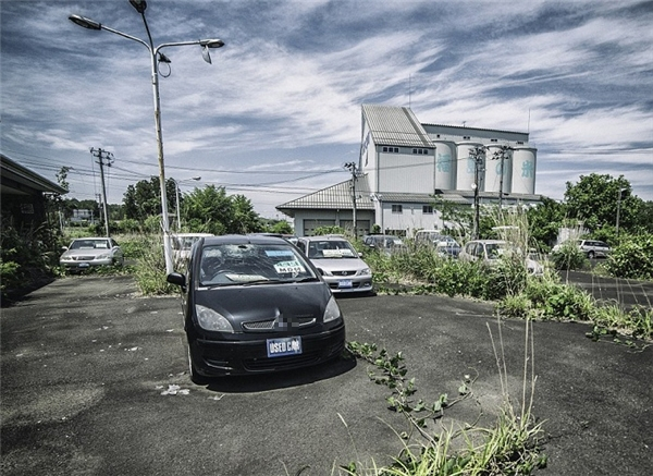Người dân bỏ lại xe cộ trên đường phố nhiễm phóng xạ.