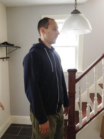 Hoàn cảnh trớ trêu của anh chàng cao 2m sống trong nhà thấp