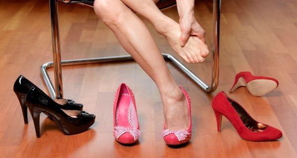 Xin đừng bắt phụ nữ Việt hiện đại mang một đôi giày không còn vừa nữa.(Ảnh minh họa - Nguồn: Internet)