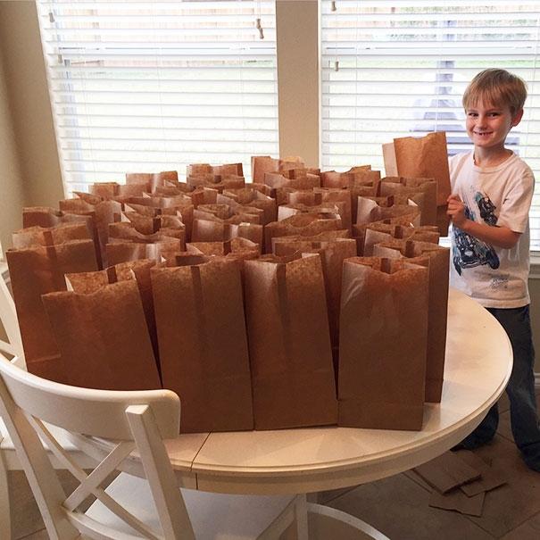 """""""Con trai tôi muốn dành số tiền 120 đô la mà con tiết kiệm được để giúp đỡ những người vô gia cư. Và con đã mua cho họ nhữngsuất cơm trưa""""."""