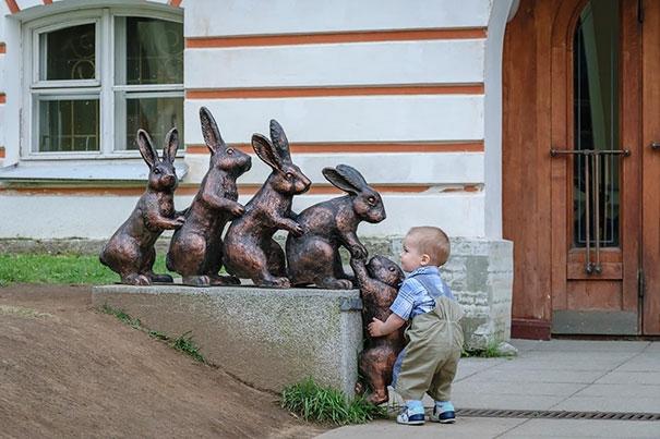 Tưởng chú thỏ kia đang cố gắng leo lên tường, cậu bé nhanh chóng tới giúp đỡ.