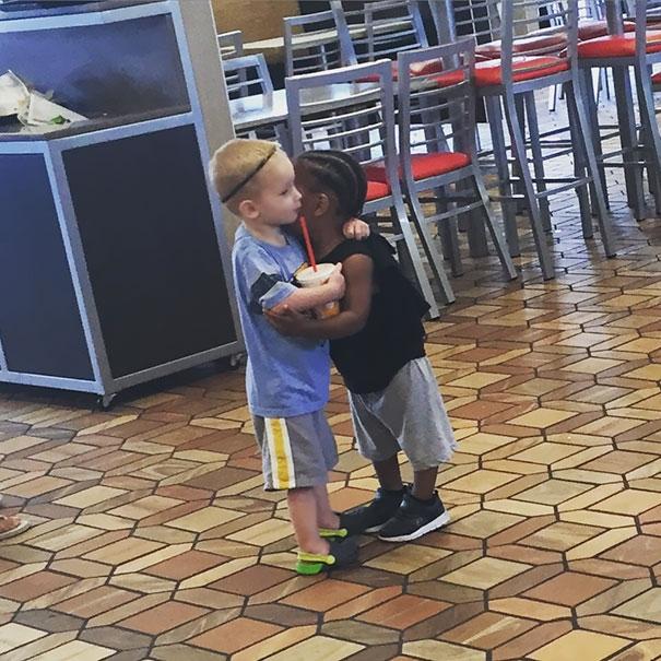 Không phân biệt màu da, ngôn ngữ, 2 đứa trẻ đã dành cho nhau cái ôm ấm áp.