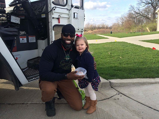 Cô bé này đã dành tặng cho người đàn ông nhặt rác mà cô bé yêu quý chiếc bánh cupcake nhân dịp sinh nhật anh.