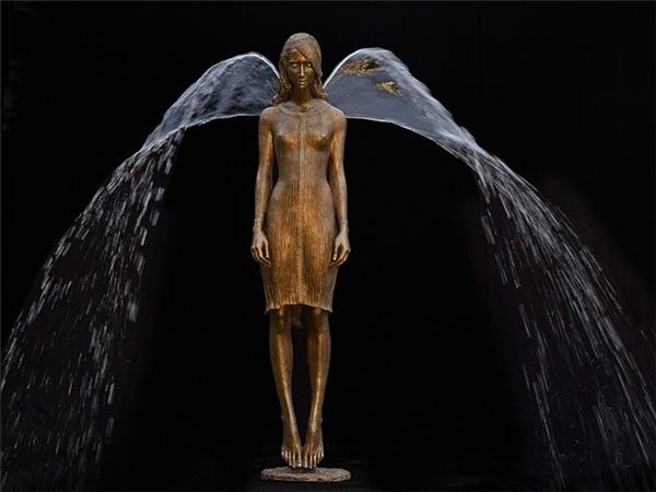 Nước phun ra từ lưng tạo hình đôi cánh thật hoàn hảo.