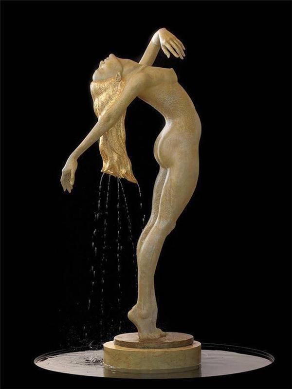 Nước nhỏ giọt từ mái tóc suôn dài mới gội của nàng thiếu nữ.