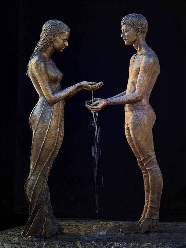 Dòng nước nhẹ nhàng chảy từ tay nàng xuống tay chàng tạo nên khung cảnh hết sức lãng mạn. (Ảnh: Internet)