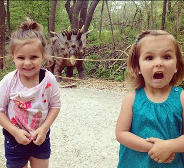 Cùng gặp một con khủng long, hai biểu cảm hoàn toàn trái ngược.
