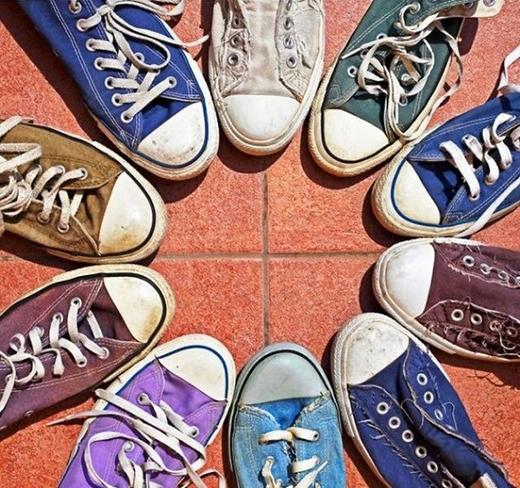 Ngay cả những chiếc giày cũng cũ theo một cách tuyệt vời.