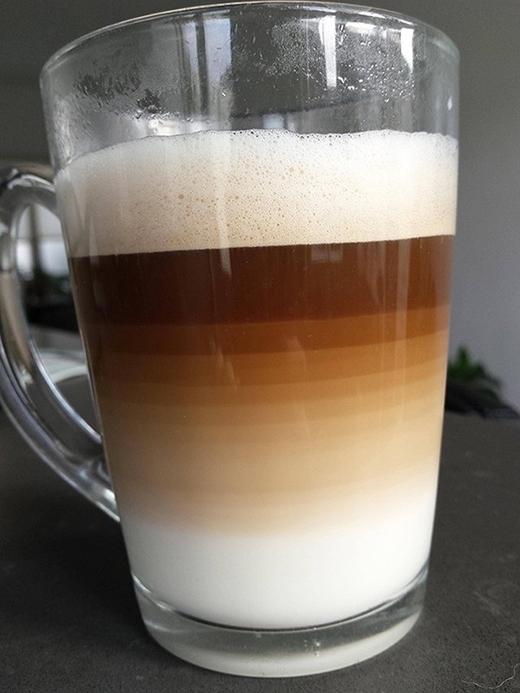 Ai bảo người ta không thể pha chế được cốc cà phê sữa tầng tầng lớp lớp hoàn hảo đến thế này, bàn tay con người thật tuyệt vời.