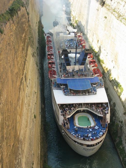 Dường như, con kênh này đượclàm ra để con tàu này đi qua.