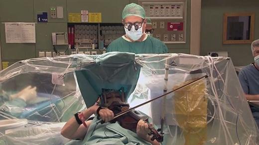 Nhạc công vĩ cầm liên tục chơi đàn trong lúc phẫu thuật não