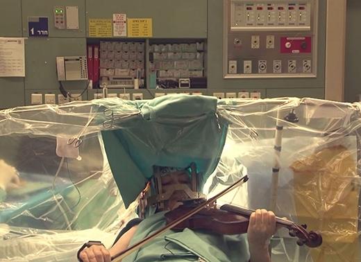 Ca phẫu thuật phức tạp này đã cho phép bà Naomi được chơi vĩ cầm sau 20 năm giã từ sự nghiệp.