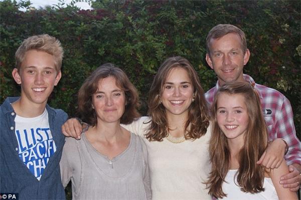Bác sĩ David Williams (đứng bên phải) chụp cùng gia đình