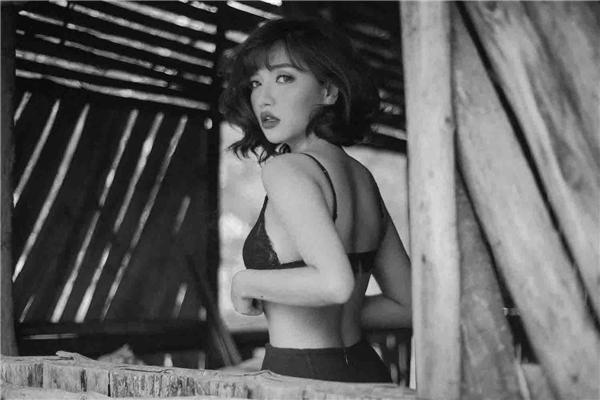 Mỗi khi Bích Phương đăng tải hình ảnh street style trên mạng xã hội, cô đều nhận được nhiều lời khen vì có gu ăn mặc ngày càng tinh tế.