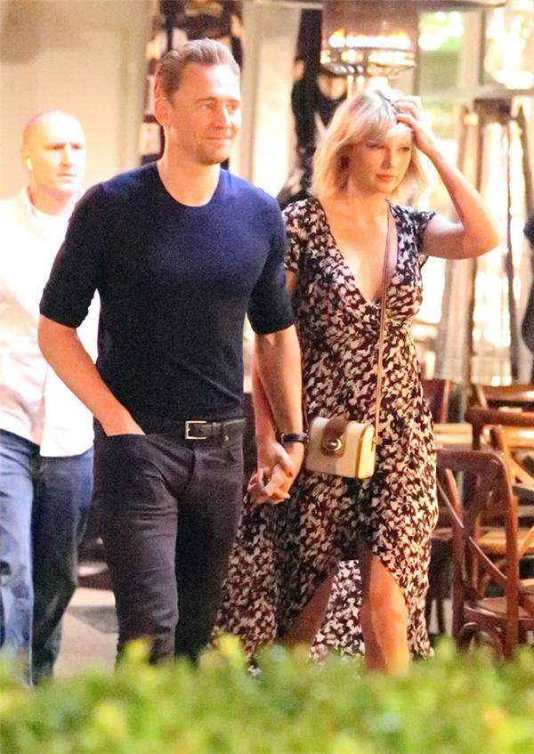 Taylor hạnh phúc bên Tom Hiddleston.