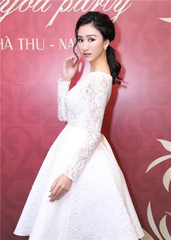 Nếu nhưDiệu Linh lựa chọn cho mình một chiếc đầm dáng xòe cúp ngực với họa tiết bắt mắt thì Á hậu Hà Thu lại lựa chọn một chiếc đầm ren trắng kiểu công chúa điệu đà nhưng cũng không kém phần xinh đẹp, lộng lẫy.