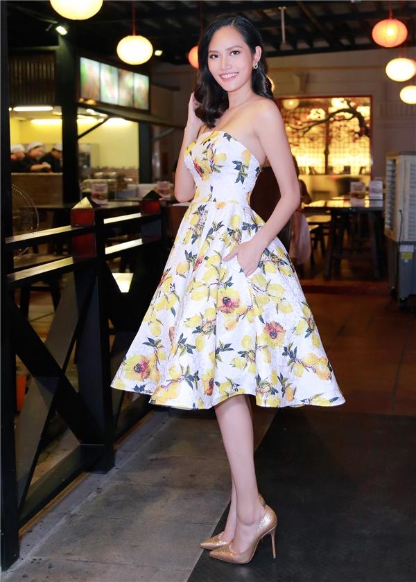 Xuất hiện trong buổi tiệc tối qua, ba mĩ nhân Việtđều diện những bộ trang phục của DiLi by Diệu Linh - thương hiệu thời trang do chính Hoa hậu Đông Nam Á - Diệu Linh làm chủ và tự tay thiết kế. Mỗi người một kiểu dáng trang phục, một màu sắc khác nhau nhưng ai nấy cũng thật xinh đẹp, yêu kiều và quyến rũ.
