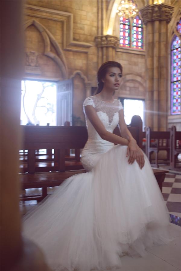 Giữa khung cảnh nhà thờ xưa cũ, Minh Tú mang đến hình ảnh hòa quyện giữa phong cách cổ điển ở phom váy cùng nét hiện đại, gợi cảm ở cách xử lí, kết hợp chất liệu, đường cắt tạo điểm nhấn ở ngực váy.
