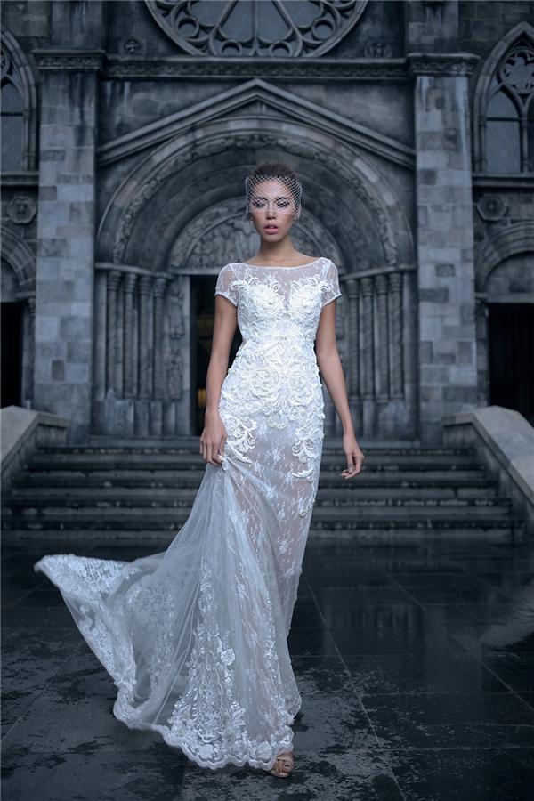 """Chất liệu xuyên thấu không chỉ được ưa chuộng với những thiết kế dạ hội mà còn thực hiện cuộc """"càn quét"""" mạnh mẽ đến với thế giới của trang phục cưới. Chỉ cần diện những phom váy đơn giản nhất, các cô gái vẫn trở thành tâm điểm của mọi ánh nhìn."""