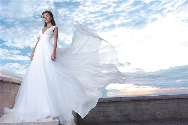 Giữa khung cảnh mây trời, Minh Tú như hóa thân thành thiên thần trong dáng váy xòe rũ cổ điển. Chất liệu mềm mại, mượt mà càng làm tăng thêm vẻ sang trọng, đẳng cấp.