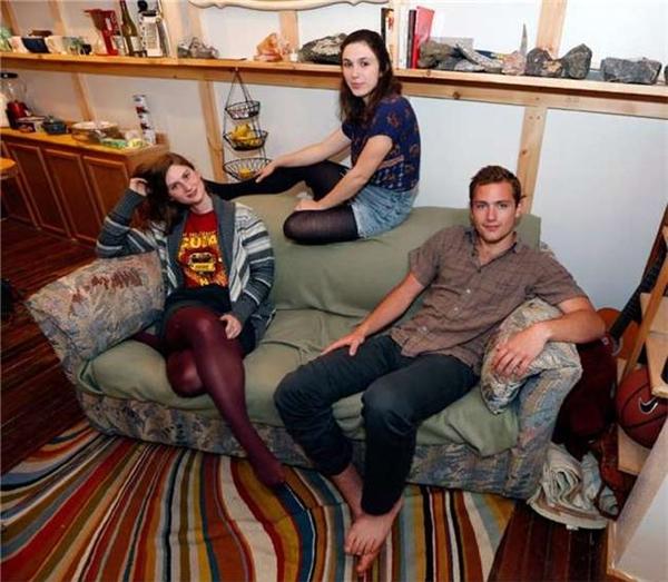 Ba sinh viên vô tìnhphát hiện trong chiếc ghế sofa nhà mình chứa một số tiền khổng lồ.