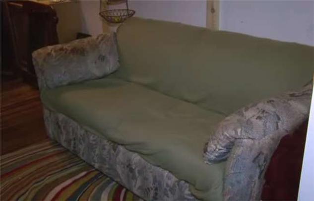 Họ đã mua chiếc ghế dài second-hand với giá 55 đô tại cửa hàng đồ cũ.