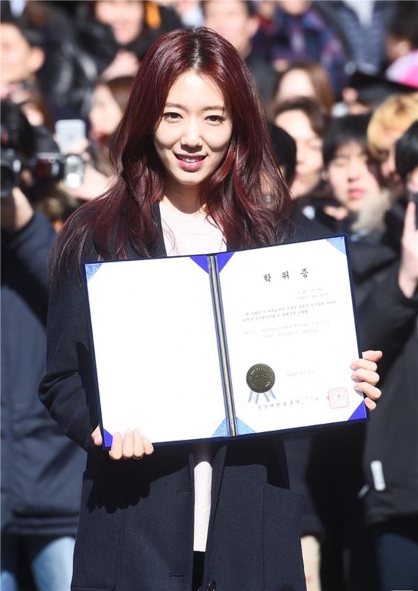 Dù bận rộn diễn xuất nhưng Park Shin Hye vẫn chăm chỉ đến lớp và hoàn thành khóa học sau 8 năm ròng rã