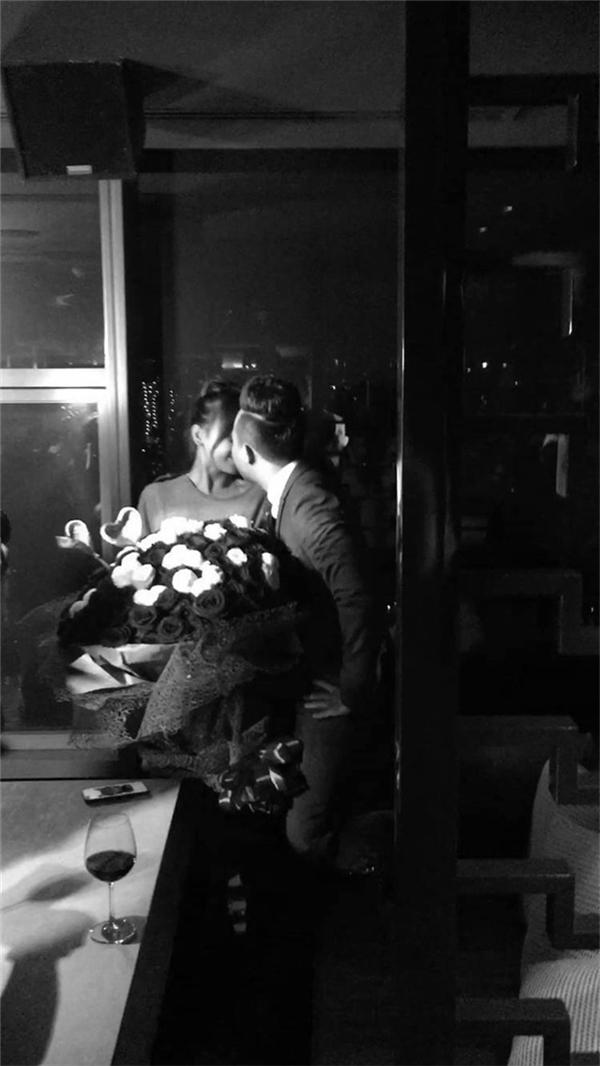Cặp đôi còn khoác taydạo phố đầy tình tứvàhôn nhausay đắm khiến nhiều người ganh tị. - Tin sao Viet - Tin tuc sao Viet - Scandal sao Viet - Tin tuc cua Sao - Tin cua Sao