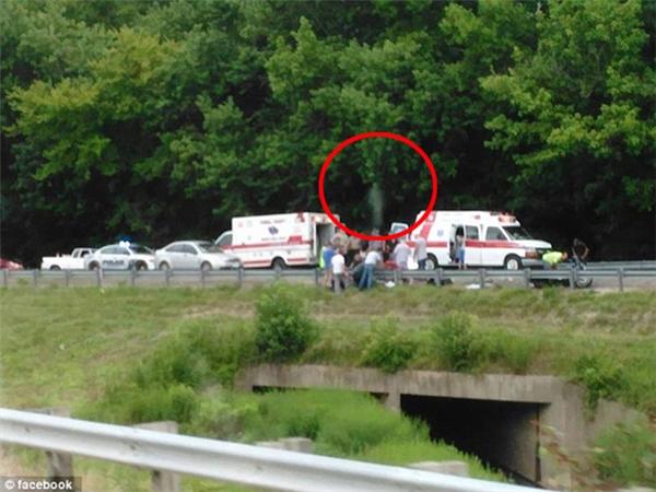 Bức ảnh cho thấy có một bóng trắng bay gần chiếc mũ của sĩ quan cảnh sát.