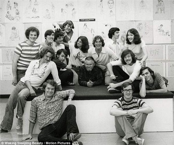 John Lasseter và đạo diễn Brad Bird bên thế hệ học viên tốt nghiệpViện nghệ thuật California năm đó.