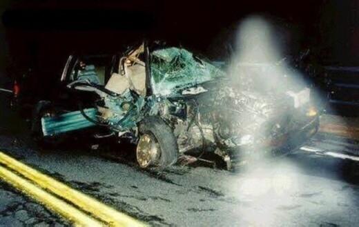 Đây là một trong những bức ảnh từng làm mưa làm gió thế giới hơn 10 năm trước. Nếu chỉ là bức ảnh hiện trường một vụ tai nạn xe bình thường thì chẳng có gì để nói, tuy nhiên, rất nhiều người lại đặt nghi vấn cái bóng trắng trong ảnh làgì? Phải chăng đó chính là một bóng ma? Câu hỏi đấy đến nay vẫn chưa một ai cho ra câu trả lời thỏa đáng được. (Ảnh Internet)