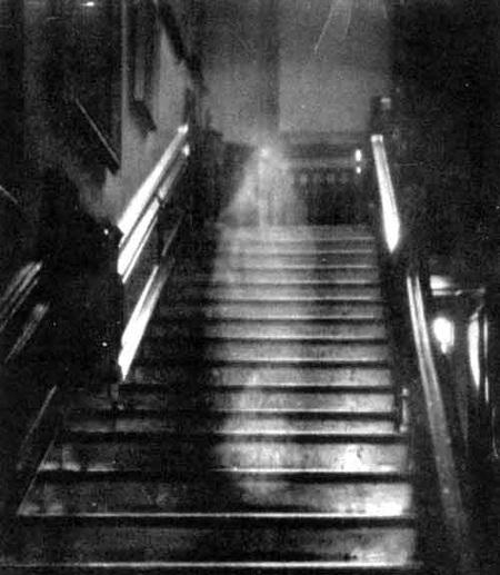 Được chụp tại Raynham Hall, Norfolk, Anh Quốc, vào năm 1936, đây có lẽ là bức ảnh hồn ma nổi tiếng nhất mọi thời đại, và cho đến ngày nay vẫn chưa có ai xác định được tính chân thực của nó. Theo đó, các nhiếp ảnh gia đã chụp được hình ảnh người chủ cũ của một căn nhà, bà Dorothy Townsend, đang bướcxuống từng bậc cầu thang. (Ảnh Internet)