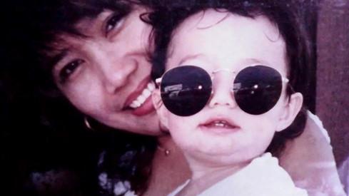 Bức ảnh Aaron cùng với mẹ khi cậu bé lên 5.