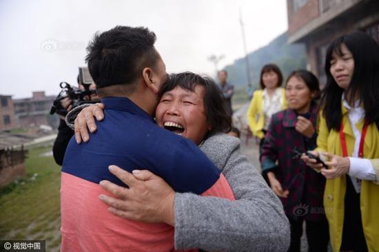 Người mẹ vỡ òa trong nước mắt.