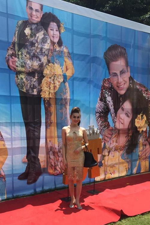 """Lâm Chi Khanh khoe đôi """"gò bồng đảo""""bốc lửa trong chiếc váy vàng ôm sát. - Tin sao Viet - Tin tuc sao Viet - Scandal sao Viet - Tin tuc cua Sao - Tin cua Sao"""