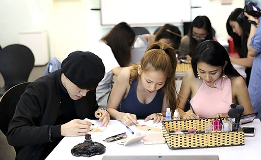 """Cuối giờ học, các thí sinh sẽ thi tài bằng việc trang điểm cho một cô người mẫu giấy. Ban tổ chứcchấm điểm ngay trên các bài thi rất """"nghệ thuật"""" này để chọn ra các thí sinh thể hiện tốt nhất và tặng điểm thưởng cho họ. - Tin sao Viet - Tin tuc sao Viet - Scandal sao Viet - Tin tuc cua Sao - Tin cua Sao"""