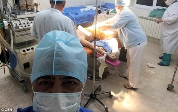Bác sĩ gây phẫn nộ khi tự sướng bên bệnh nhân bất tỉnh