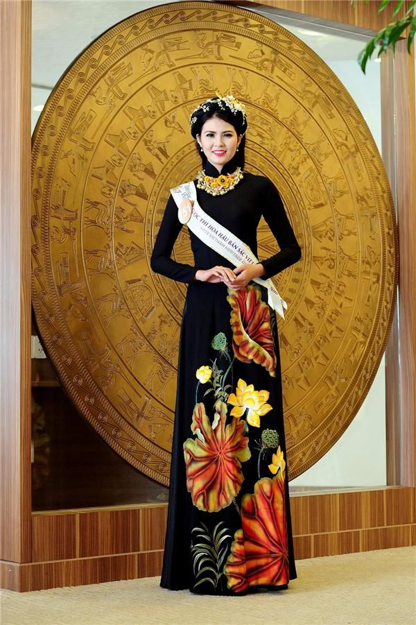 Thí sinh HH Bản Sắc Việt khoe dáng mềm mại với trang phục dạ hội