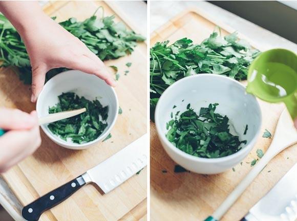 Bước 2:Rau mùi rửa sạch, đem giã nát trong 1 bát nhỏ. Tiếp theo, bạn cắt 1 viên nang vitamin E cho vào, trộn đều với hỗn hợp rau mùi.