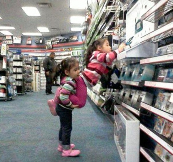 Khi có một trò chơi mới thì không gì có thể tốt hơn là chị em mình đoàn kết.