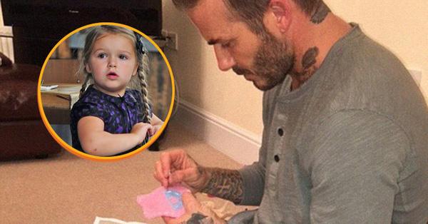 Hình ảnh David ngồi khâu váy cho búp bê của Harper.