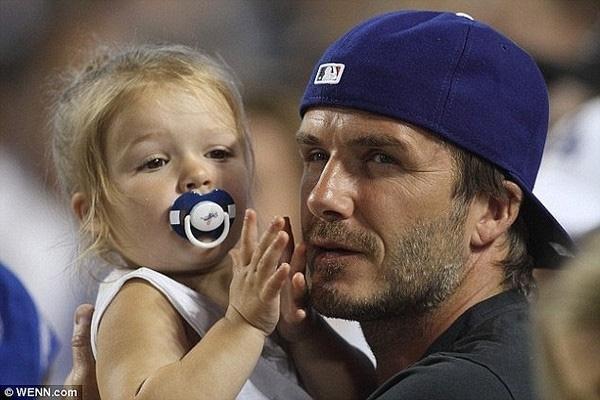 Beckham bảo vệ thói quen ngậm ti giả của Harper trước sự chỉ trích của báo giới.