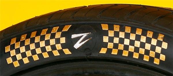 Chi tiết dát vàng và nạm kim cương trên thành lốp. (Ảnh: internet)