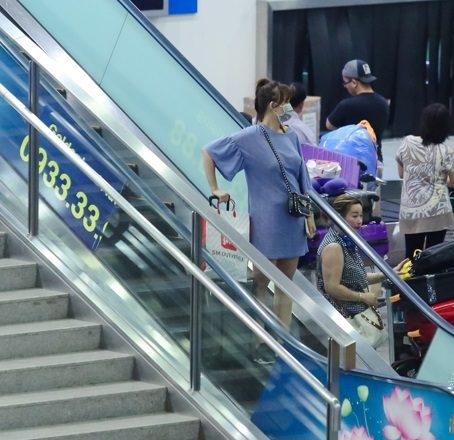 Hình ảnh Hari Won xuất hiện tại sân bay sau chuyến lưu diễn từ Mỹ về với chiếc váy rộng cùng đôi giày thể thao thấp đã dấy lên nghi án nữ ca sĩ đang có bầu nên Trấn Thành gấp rút chuẩn bị kết hôn. - Tin sao Viet - Tin tuc sao Viet - Scandal sao Viet - Tin tuc cua Sao - Tin cua Sao