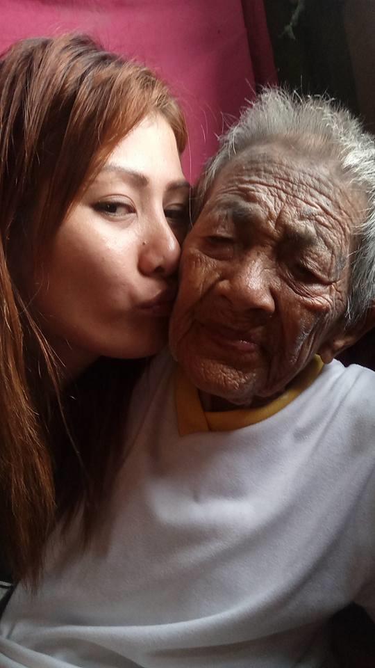 Dòng tâm sự cùng những bức ảnhJen Ampler chụp cùng người bà của mình khiến dư luận tranh cãi.
