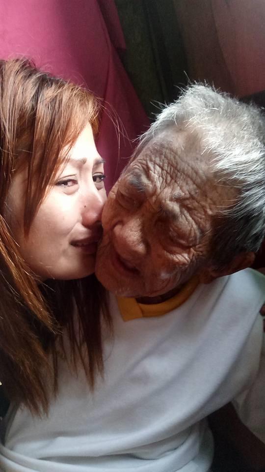 Tranh cãi trước tình cảm cô gái trẻ dành cho người bà 98 tuổi