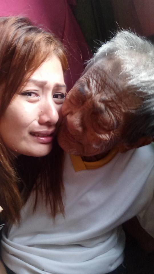 Một số cư dân mạng cho rằngcô gáichỉ đang lấy bà ra để sống ảo, gây chú ý dư luận.